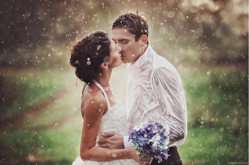 30 романтични сватбени снимки под дъжда