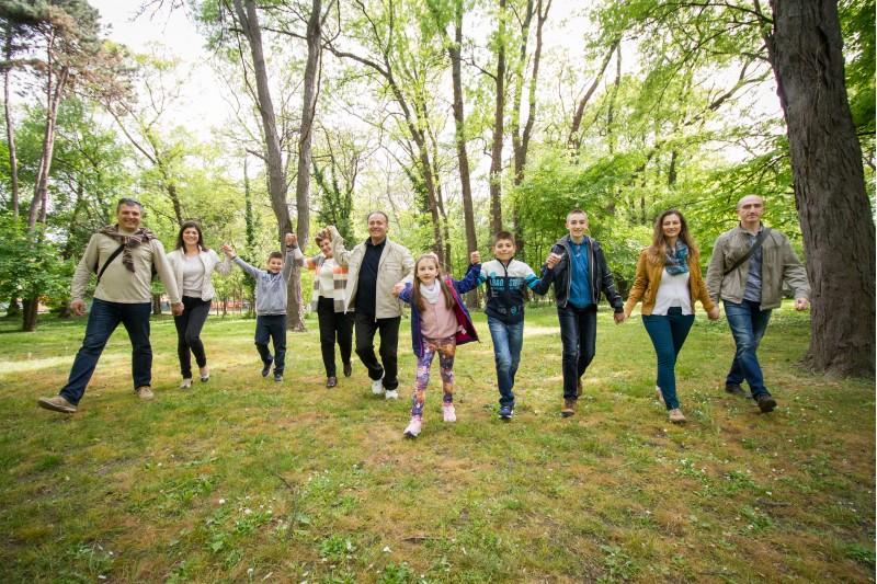 Професионална фотосесия на цялото семейство заедно с баба и дядо
